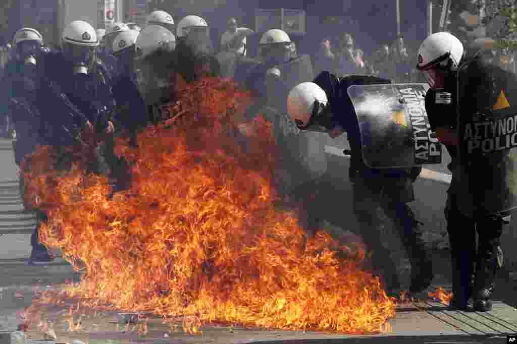 18일 아네테 시위대가 던진 화염병에 둘러쌓인 진압 경찰들.