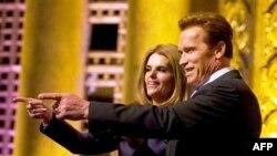 Cưụ Thống đốc tiểu bang California Arnold Schwarzenegger và vợ Maria Shriver loan báo quyết định ly thân