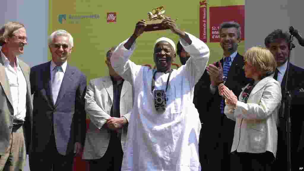Malick Sidibé a reçu le prix Golden Lion, lors de l'inauguration officielle de l'exposition internationale d'art à Venise, le 11 Juin 2007.