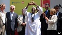 Malick Sidibe montre le Lion d'Or, récompense internationale reçu lors des 52e Biennale de Venise le 11 juin 2007.