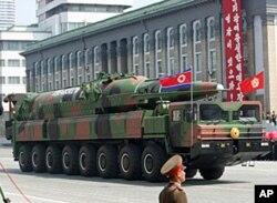 북한이 새로 공개한 장거리미사일.