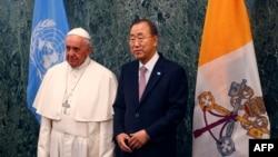 Pap Franswa (agoch) pran foto ak Sekretè Jeneral United Nasyon Zini an, Ban Ki-moon, nan katye jeneral l'ONU an, nan New York. (Foto: 25 septanm 2015).