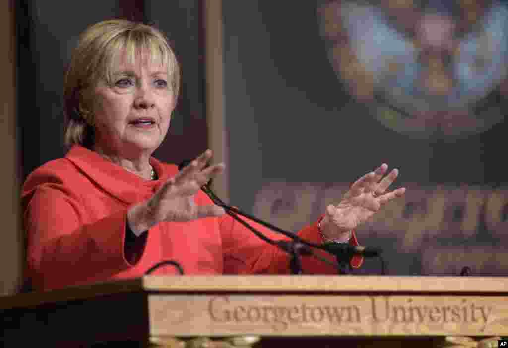 L'ancienne secrétaire d'État Hillary Clinton parle du rôle des femmes dans la politique internationale et les efforts de consolidation de la paix, à l'Université de Georgetown, Washington, 31 mars 2017.
