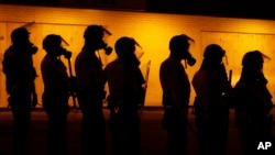 在2014年8月17日发生的弗格森抗议期间美国警察使用催泪瓦斯驱散抗议人群