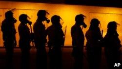 Chính phủ Mỹ đang áp dụng các hạn chế liên bang mới đối với một số thiết bị kiểu quân đội dành cho công tác thực thi công lực ở địa phương.