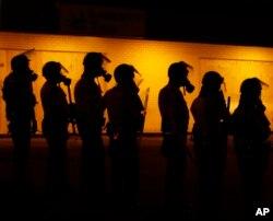 """警方2014年8月17日在密苏里州佛格森镇 """"严阵以待"""""""