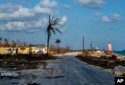 موسمی طوفان ہمرٹر کی آمد سے قبل بہامس کے علاقے میں ہیلی کاپٹروں سے امدادی سامان پہنچایا جا رہا ہے۔