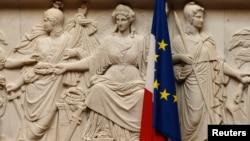Un drapeau français sur le bâtiment du Parlement à Paris, France, le 28 juin 2016.