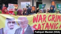 Islamic Human Rights Alliance (IHRA) dan Aliansi Anti Perang (A2P) melakukan unjuk rasa di depan Kedutaan Arab Saudi di Jakarta (4/1). (VOA/Fathiyah Wardah)