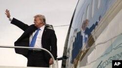 14일 아시아 순방을 마치고 귀국길에 오른 도널드 트럼프 미국 대통령이 필리필 마닐라에서 전용기에 오르며 손을 흔들고 있다.