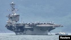 امریکہ کا طیارہ بردار بحری جہاز تھوڈور روزویلٹ، ویت نام کی بندرگاہ ڈانانگ کے قریب لنگر انداز ہے۔ 5 مارچ 2020
