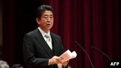 លោកនាយករដ្ឋមន្ត្រីជប៉ុន Shinzo Abe ថ្លែងសុន្ទរកថាក្នុងពិធីបញ្ចប់វគ្គបណ្តុះបណ្តាលនៅឯក្រសួងការពារជាតិ នៅក្នុងក្រុង Yokosuka ខេត្ត Kanagawa ប្រទេសជប៉ុន កាលពីថ្ងៃទី១៨ ខែមីនា ឆ្នាំ២០១៨។