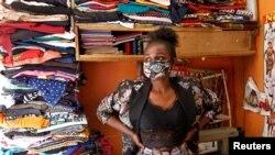 کینیا کی ایک فیشن ڈیزائنر روتھ مارٹن نے کرونا وائرس سے بچاؤ کے لیے نئے انداز کے دیدہ زیب ماسک بنائے ہیں۔ 9 اپریل 2020