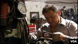 Леонид Паис, владелец автомастерской, считает, что его бизнес без причин облагают штрафами