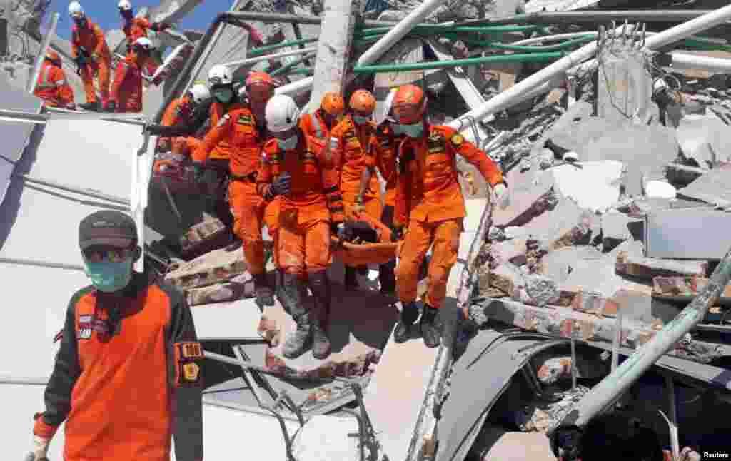 امدادگران به مردم سیلزده در شهر «پالو» در اندونزی کمک می کنند. بیش از ۸۰۰ نفر در زلزله و سونامی بعد آن کشته شدند.