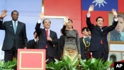 (右起)马英九,马夫人,王金平和外国贵宾在国庆大会上