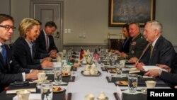 Menhan AS Jim Mattis (kanan) dan Menhan Jerman Ursula von der Leyen (kedua dari kiri) melakukan pembicaraan di Pentagon, Jumat (10/2).