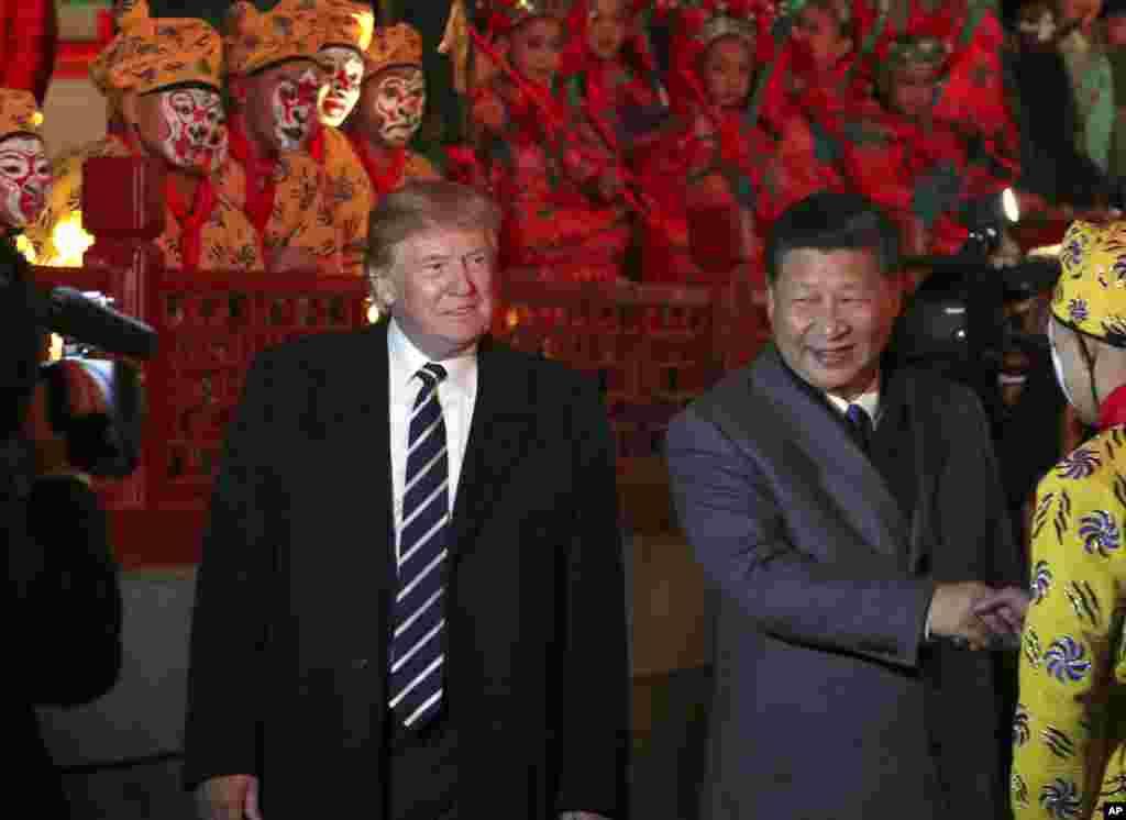 美國總統唐納德·川普和中國主席習近平來到北京紫禁城,觀賞京劇(2017年11月8日)。