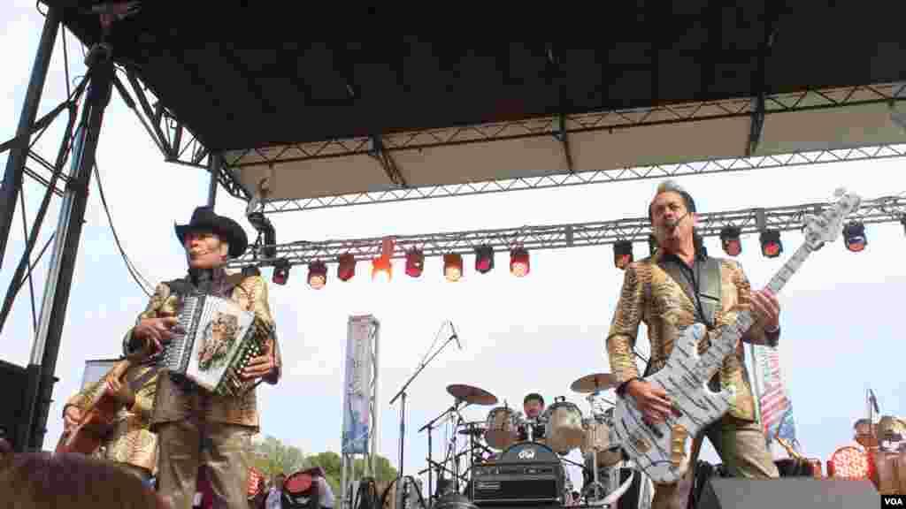 Los Tigres del Norte ofrecen un concierto gratuito en la Alameda Nacional de Washington en apoyo a una reforma inmigratoria.