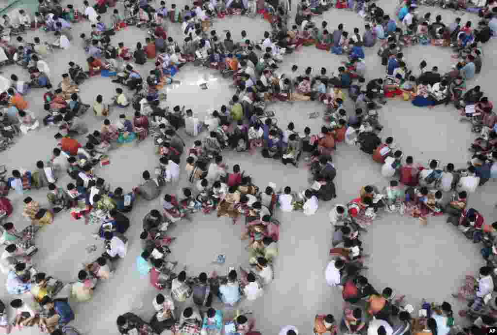 Para pelajar duduk membentuk lingkaran saat kelas membaca Al-Quran pada bulan Ramadan di pesantren Ar-Raudlatul Hasanah di Medan, Sumatra Utara.