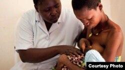 Une infirmière expliquant à une mère comment allaiter son nouveau-né à l'Hôpital Régional de Lindi en Tanzanie, 18 février 2013