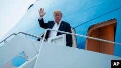 도널드 트럼프 미국 대통령이 13일 역사적인 미북정상회담을 마치고 미국 메릴랜드주 앤드루 공군기지에 도착했다.