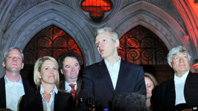 Wikileaks founder Julian Assange (C) stands with his legal team Geoffrey Robertson, (R) Mark Stephens, (3rd L) Jennifer Robinson (2nd L) and spokesman Kristinn Hrafnsson, (L) as he addresses the media outside the High Court in central London, 16 Dec 2010