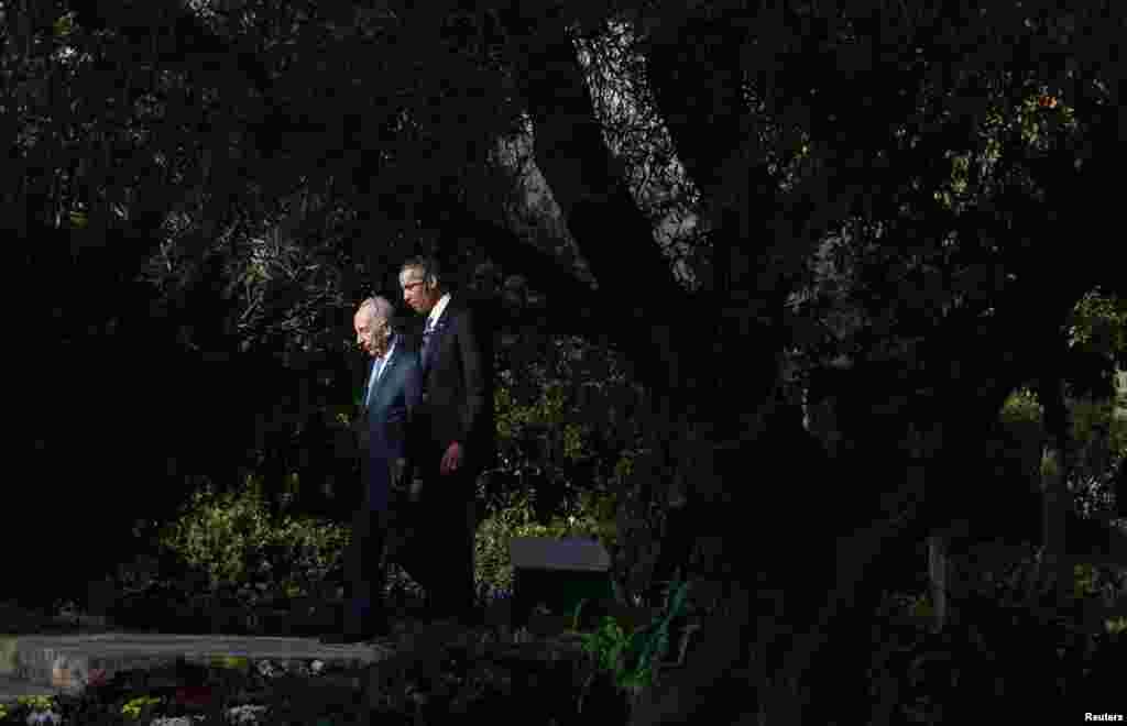 U.S. President Barack Obama walks with Israel's President Shimon Peres in Jerusalem, March 20, 2013.
