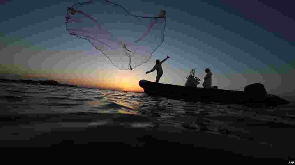 پایان یک روز کاری برای ماهیگیران در دوبی