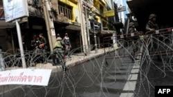 Tajlandski vojnici kraj izolovanog prostora u centru Bankoka koji su okupirali opozicioni demonstranti