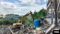Additional eleven families of Boeng Kok residences had their house bulldozed by Shukaku INC as land dispute continues at Boeng Kok, in Phnom Penh, May 27, 2019. (Tum Malis/ VOA Khmer)