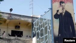 Presos políticos que protestaron contra el presidente sirio Bashar al-Assad, son vistos en un centro de detención en Damasco.