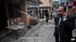 Seorang pengacara Pakistan menelpon di lokasi ledakan bom bunuh diri di komplek pengadilan di ibukota Islamabad, Pakistan, Senin (3/3).