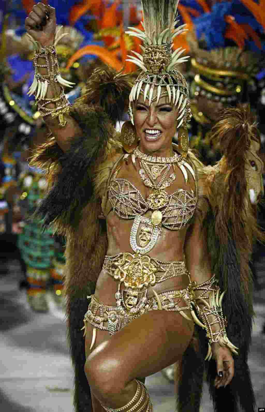 """Sabrina Sato """"Nữ hoàng"""" của trường samba Vila Isabel tham gia diễu hành trong ngày Lễ Hội tại Sambadrome, ở Rio de Janeiro, Brazil, 20/2/12 (AP)"""