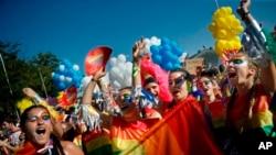 Los investigadores utilizaron datos desde el 1 de enero de 1999 al 31 de diciembre de 2015, con el objetivo de captar las tendencias en los intentos de suicidio, cinco años antes de que la primera política de matrimonio entre personas del mismo sexo entrara en vigor en Massachusetts.