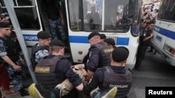 Policija hapsi učesnika skupa podrške ruskom novinaru Ivanu Golunovu, Moskva, 12. juni 2019.