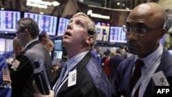 Các nhà giao dịch làm việc tại sàn chứng khoán New York, 21/11/2011
