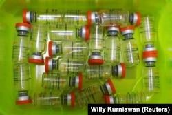 Botol vaksin Sinovac terlihat di rumah sakit, saat vaksinasi massal untuk Covid-19, di Jakarta, 21 Januari 2021. (Foto: Reuters/Willy Kurniawan)