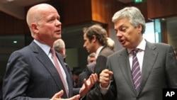 Menlu Inggris William Hague (kiri) dan Menlu Belgia Didier Reynders, di sela-sela rapat Uni Eropa di Brussels (27/5). Uni Eropa sepakat untuk mengamandemen embargo senjatanya atas Suriah, dan mengizinkan negara anggoranya untuk mengirim senjata kepada pemberontak Suriah.