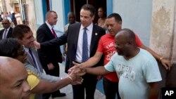 Gubernur negara bagian New York, Andrew Cuomo (tengah) dan politisi New York menyalami warga dalam kunjungan di kota tua Havana, Kuba (20/4).