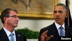바락 오바마 미국 대통령(오른쪽)과 애슈턴 카터 미 국방장관. (자료사진)