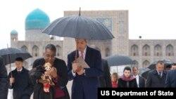 AQSh Davlat kotibi Jon Kerri, Amerikaning O'zbekistondagi elchisi Pamela Spratlen, Samarqand, 1-noyabr, 2015-yil