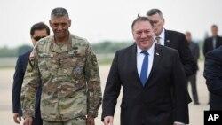 마이크 폼페오 미 국무장관이 13일 한국 평택 주한미군 오산 공군기지에 도착해 빈센트 브룩스 주한미사령관과 걷고 있다.