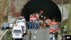 붕괴사고가 발생한 일본 주오고속도로 사사고 터널 앞에 투입된 구조 대원들