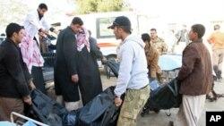 居民们在把伊拉克提克里特自杀炸弹攻击遇难者的尸体运往医院