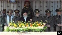 Rêberê Mezin yê Îranê Ayetullah Alî Xameneyî bi qumandarê Artêşê General Ataollah Salihî û Serokê Hêzên Çekdar Hasan Fîrozabadî xwane dibe. Tehran Mijdar 10, 2011