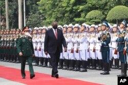 在越南访问的美国国防部长奥斯汀检阅越军仪仗队。(2021年7月29日)