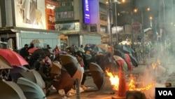 旺角有一批示威者築起傘陣與防暴警察對峙,其間有投擲燃燒彈。(攝影: 美國之音湯惠芸)