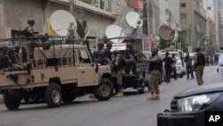 Pasukan keamanan Pakistan mengamankan Bursa Efek di Karachi pasca serangan militan hari Senin (29/6).
