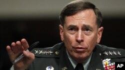 지난 6월 의회 군사위원회에서 증언하는 데이비드 페트레이어스 전 중앙정보국 CIA 국장. (자료사진)